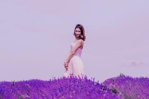 žena ve fialové