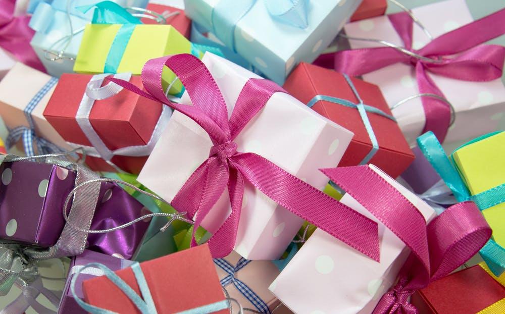 spousta dárků